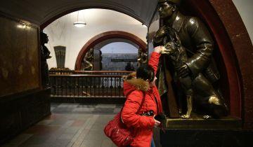 Потеряли облик. Пассажиров просят не трогать статуи в метро в Москве